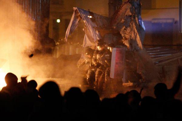 По состоянию на утро 21 января демонстранты продолжают запускать в правоохранителей пиротехнику.