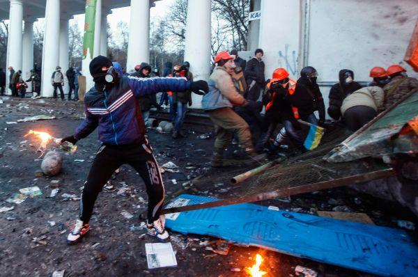 В ответ на это несколько демонстрантов забрались на стелу возле стадиона и с неё забрасывали сотрудников спецназа коктейлями Молотова.
