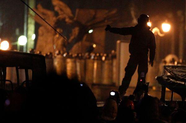 Спецназ, в свою очередь, применил против демонстрантов свето-шумовые гранаты и слезоточивый газ.
