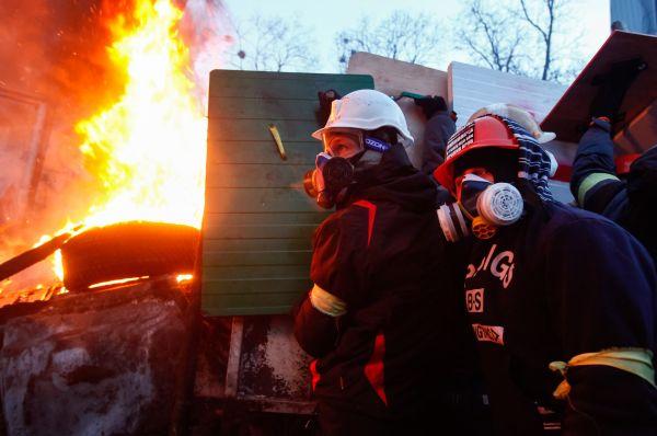 Это привело к тому, что вблизи стадиона возникло несколько очагов возгорания, для тушения которых были вызваны пожарные расчёты.