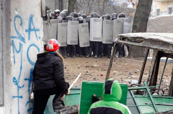 Вечером 20 января в Киеве продолжились столкновения митингующих с местной милицией. К улице Грушевского, на которой происходит противостояние, были стянуты дополнительные силы спецназа.