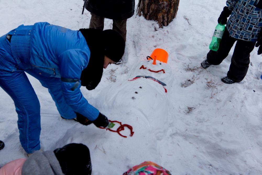 Ради победы в конкурсе на самого смешного и нарядного снеговика участники Крещенских стартов использовали все, что было под рукой. Даже кетчуп