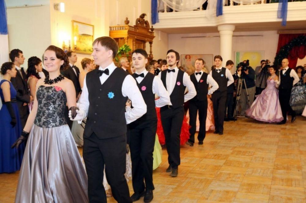 Девушки в бальных платьях, мужчины в костюмах - обязательный дресс-код праздника.