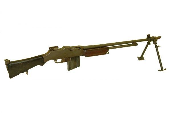 Годом позже Браунинг представил ручной пулемёт M1918, который в различных вариантах поставлялся пехотным войскам, кавалерии, а также полицейским подразделениям. Эта винтовка была достаточно лёгкой, что облегчало её переноску, однако мощная отдача и большие габариты препятствовали стрельбе с плеча.