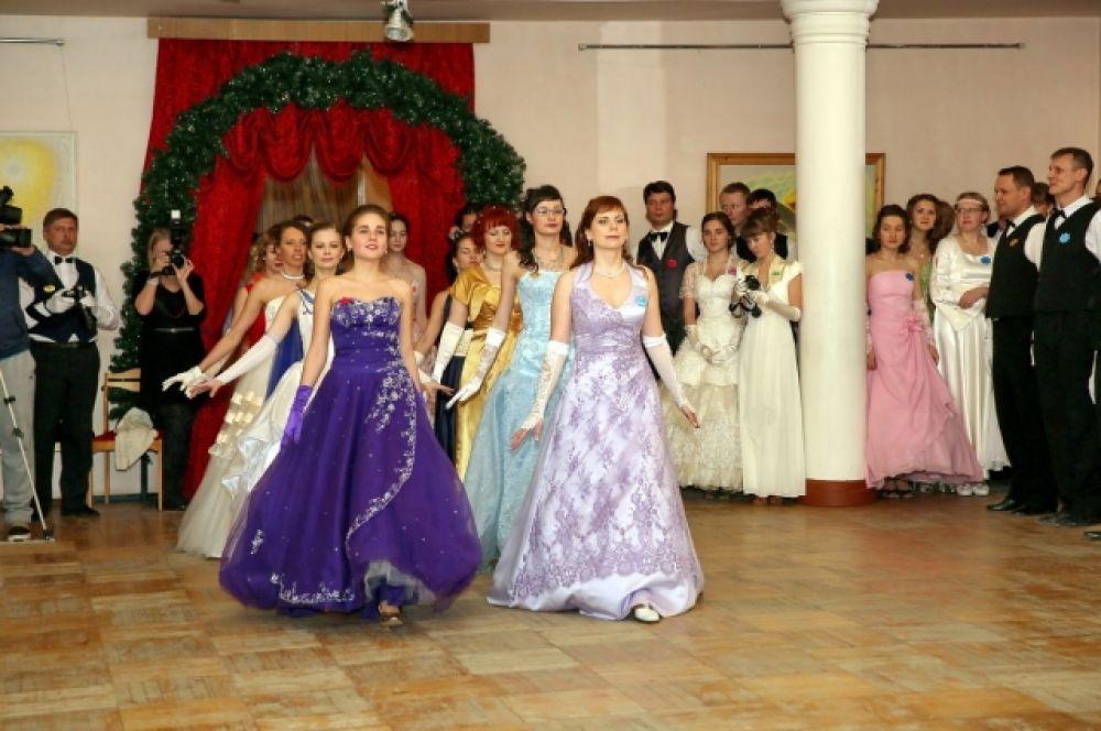 Некоторые участники заранее взяли несколько уроков танцев и бального этикета.
