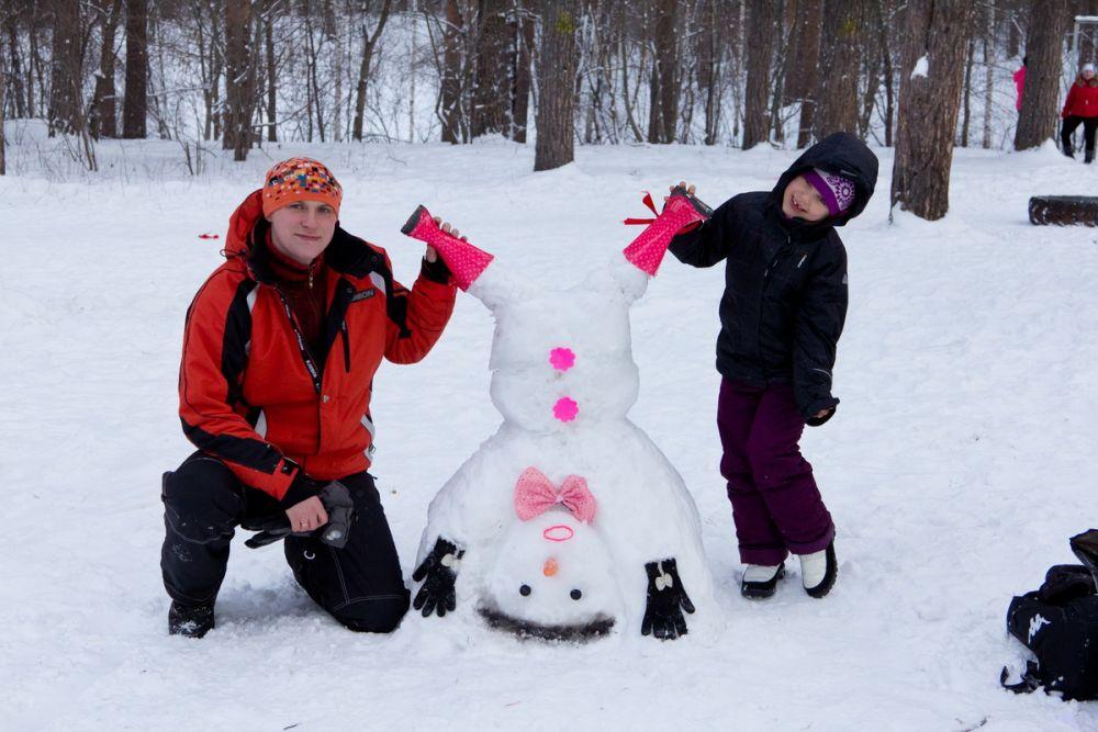 Среди конкурсных фигур обнаружились очень даже спортивные снеговики
