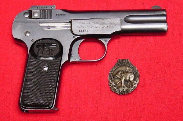 Джон Браунинг стал известен благодаря созданию механизма самозарядного пистолета, который позже был воплощён в M1900, известный также как «Браунинг №1». Пистолет был разработан в 1896 году и выпускался вплоть до 1912 года.