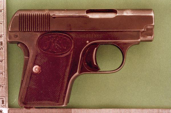 В 1905 году Браунинг разработал карманный пистолет M1906. Это был один из типов пистолетов, разрешённых для покупки и ношения вне строя офицерам русской императорской армии. Существовали также варианты с удлинённым стволом, выступающим за срез кожуха-затвора.