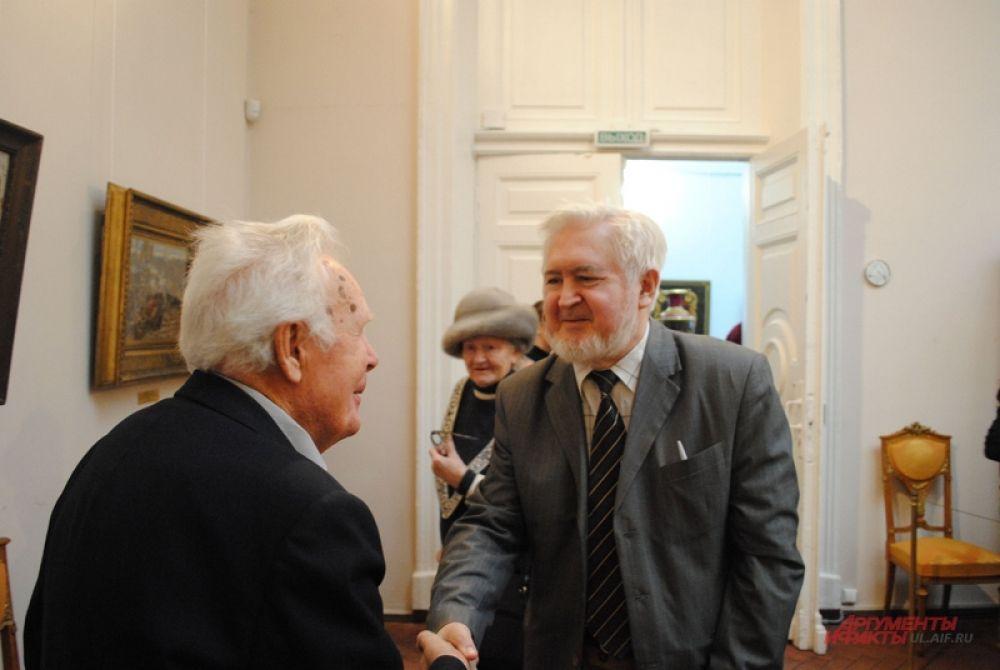Старые друзья встречаются на выставке.