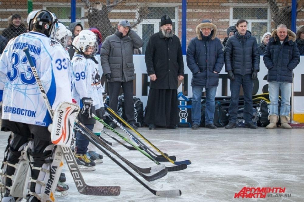 Команда СК «Полюс» приветствует соперника грохотом клюшек.