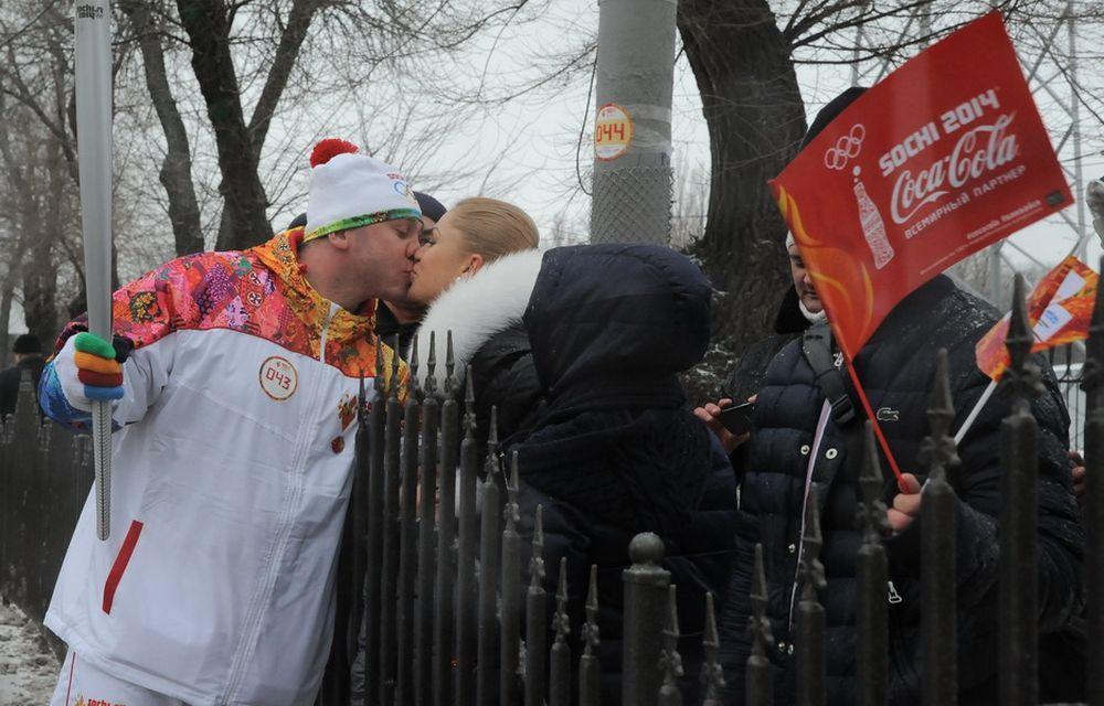 Наблюдать за эстафетой вышли тысячи ростовчан и гостей нашего города.