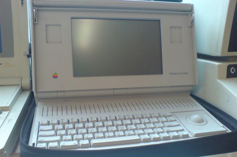 Осенью 1989 года Apple выпустила свой первый портативный компьютер – Macintosh Portable. Реализация продукта оказалась неудачной - вес новинки превысил семь килограмм, а мощная конфигурация привела к высокой стоимости машины.