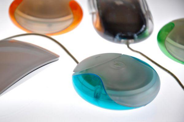 В 1998 году Apple представила ещё одну свою инновацию – круглую компьютерную мышь. Стив Джобс на презентации продукта утверждал, что это лучший манипулятор для персонального компьютера. В последствии же выяснилось, что мышь подобной формы очень неудобна в использовании. Из-за симметричности корпуса пользователям приходилось каждый раз проверять положение мышки.