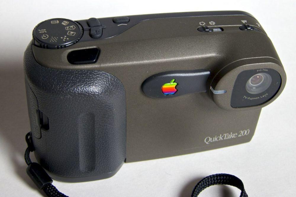 В 1994 году Apple открыла для производителей новое направление в технике – компания представила первую потребительскую цифровую камеру QuickTake. Она оснащалась дисплеем для просмотра изображений и позволяла делать снимки с разрешением в 640х480 пикселей. Главной проблемой устройства являлось то, что на 2-мегабайтную карту памяти умещалось минимальное количество фотографий, и покупатели предпочитали намного более дешёвые плёночные фотоаппараты.