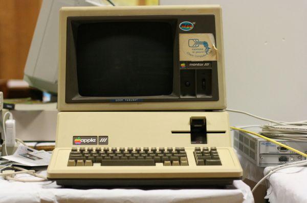 В мае 1980 года Apple выпустила новую модель своего флагманского на тот момент компьютера – Apple III. Она позиционировалась как решение для работы с большим массивом данных. Однако в отсутствие вентилятора – личная инициатива Стива Джобса – компьютер часто выходил из строя от перегрева.