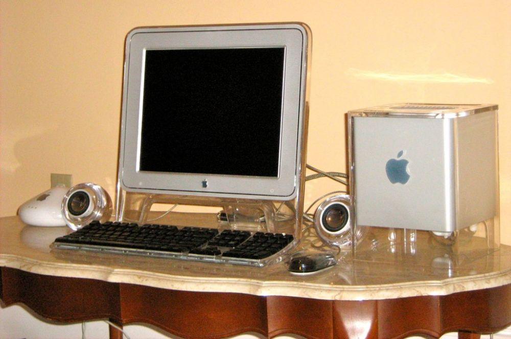 Одной из наиболее символичных неудач Apple стал настольный компьютер Cube, поступивший в продажу в 2000 году. Устройство было выполнено в форме куба, однако не снискала популярности у пользователей. По сравнению с компьютерами схожей мощности Cube был заметно дороже и в отличие от других продуктов Apple в нем не был предусмотрен дисплей – его необходимо было покупать дополнительно. Один из экземпляров этого компьютера сегодня хранится в Музее современного искусства в Нью-Йорке.