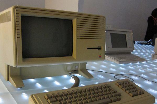 Чуть позже Apple выпустила компьютер Lisa, названный в честь дочери Стива Джобса. Устройство получилось передовым, в нём была реализована многозадачность, оно обладало сложной файловой системой, поддерживало до двух мегабайт оперативной памяти и высокое разрешение экрана. Однако процессор компьютера с такой нагрузкой не справлялся, что приводило к частым сбоям и зависаниям.