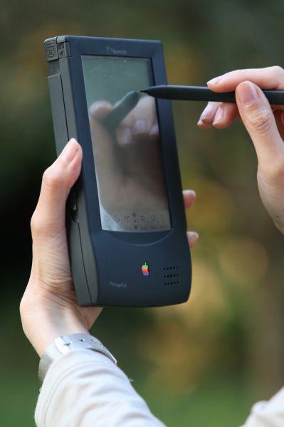 Устройство MessagePad, выпущенное Apple на платформе Newton в 1993 году, стало первым проектом компании в области карманных компьютеров. Гаджет получился на то время передовым и во многом предвосхитил дальнейшее развитие мобильных устройств. Однако громоздкие габариты пришлись пользователям не по душе и лидерство в этой нише на долгое время заняла фирма Palm.