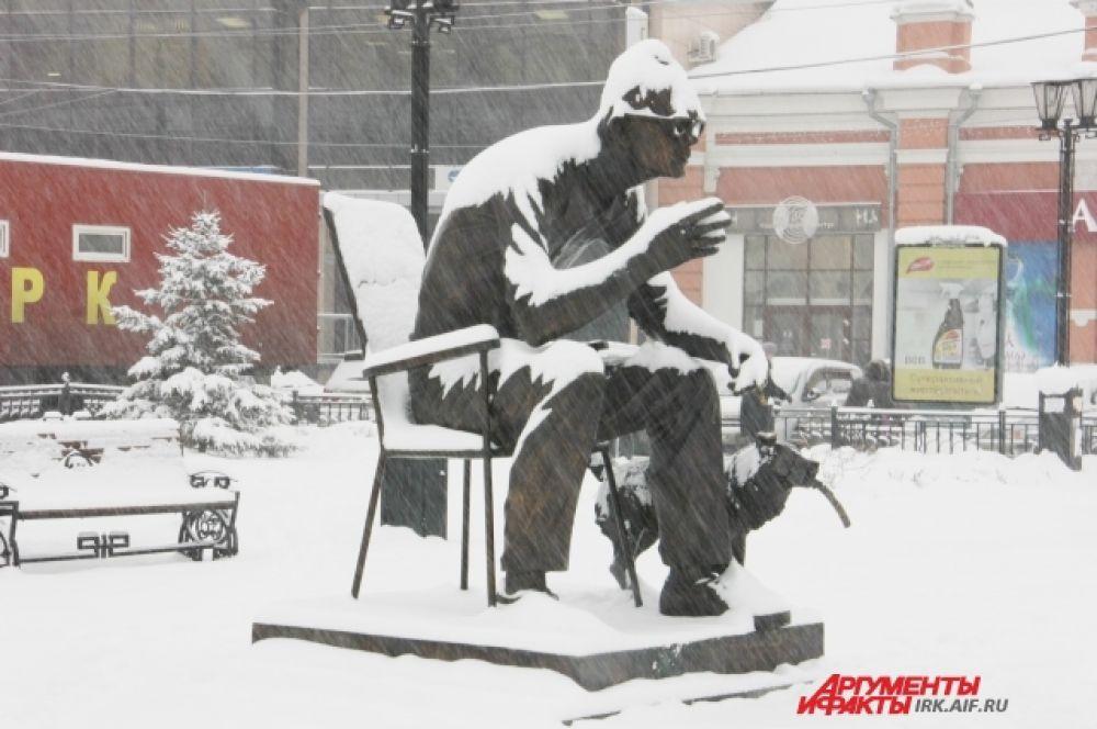 А вот Леонид Гайдай в снегопаде находит что-то удивительное. Так внимательно вглядывается...