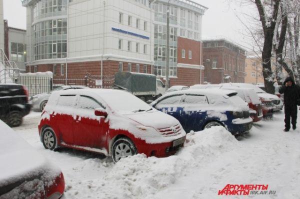 Огромные сугробы и снежные валы по обочинам сейчас мешают движению транспорта.