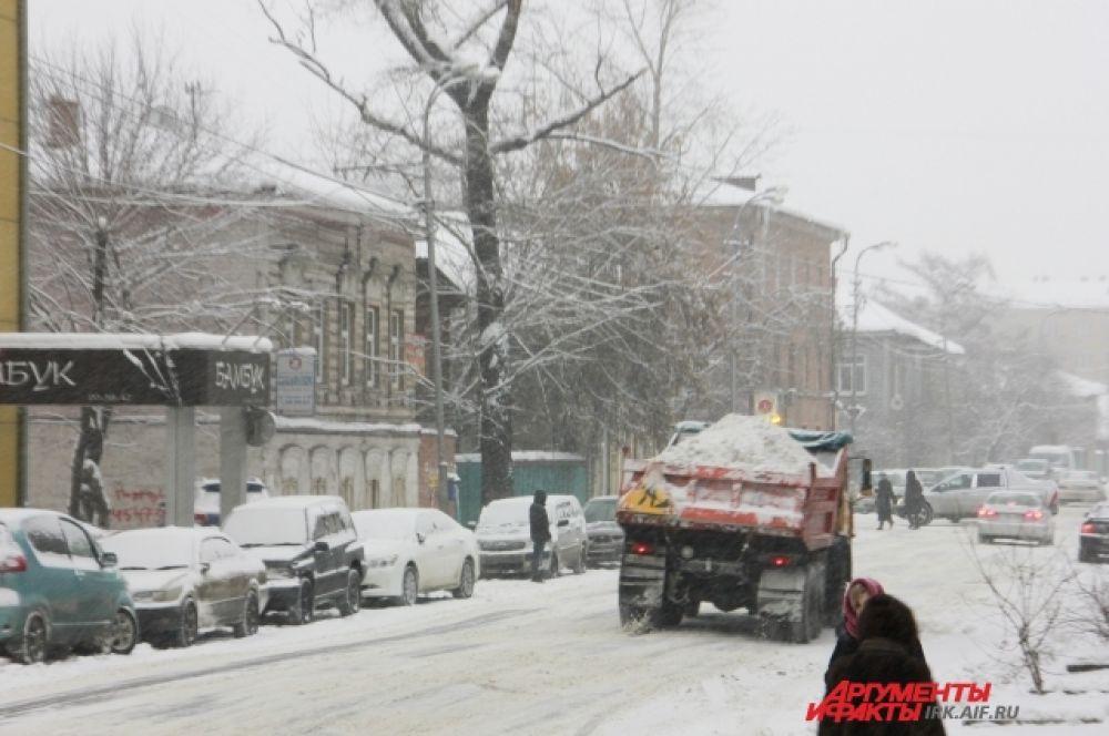 То тут, то там по иркутским улицам снуют грузовики, груженые снегом.