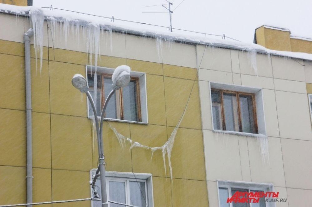 Одновременно со снегопадом можно наблюдать и сосульки.