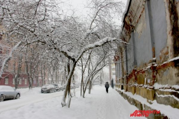 Пешеходам тоже труднее передвигаться, большинство дорожек засыпаны снегом.