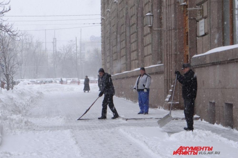 На сей раз чистят даже тротуары