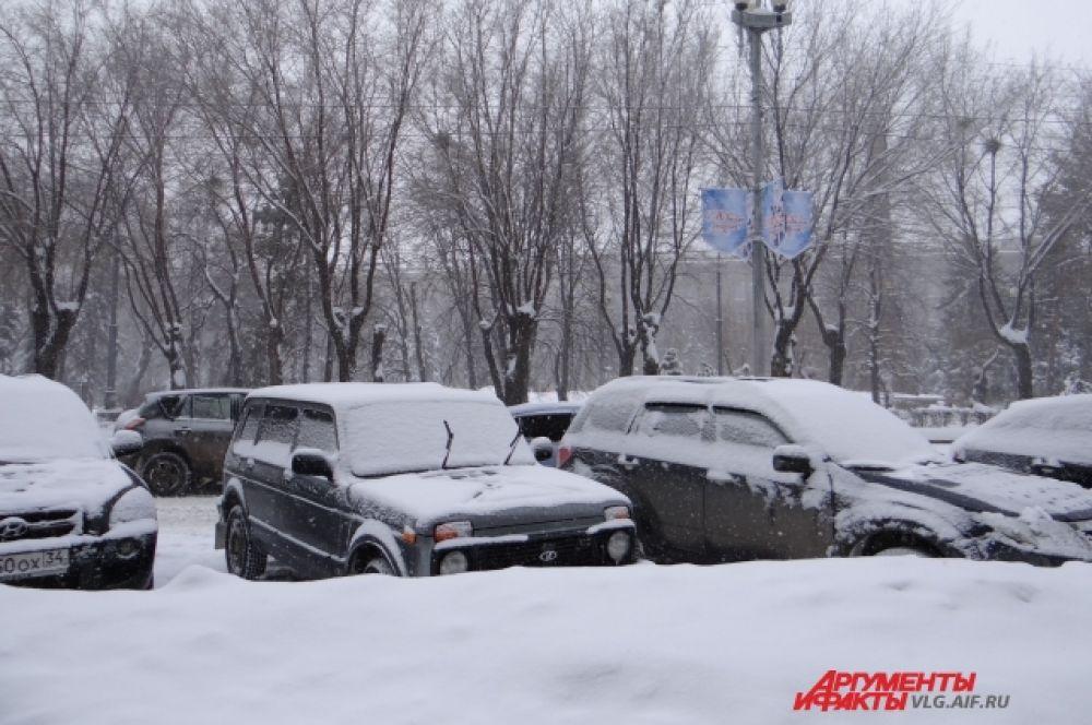 Припаркованные машины быстро заносит снегом