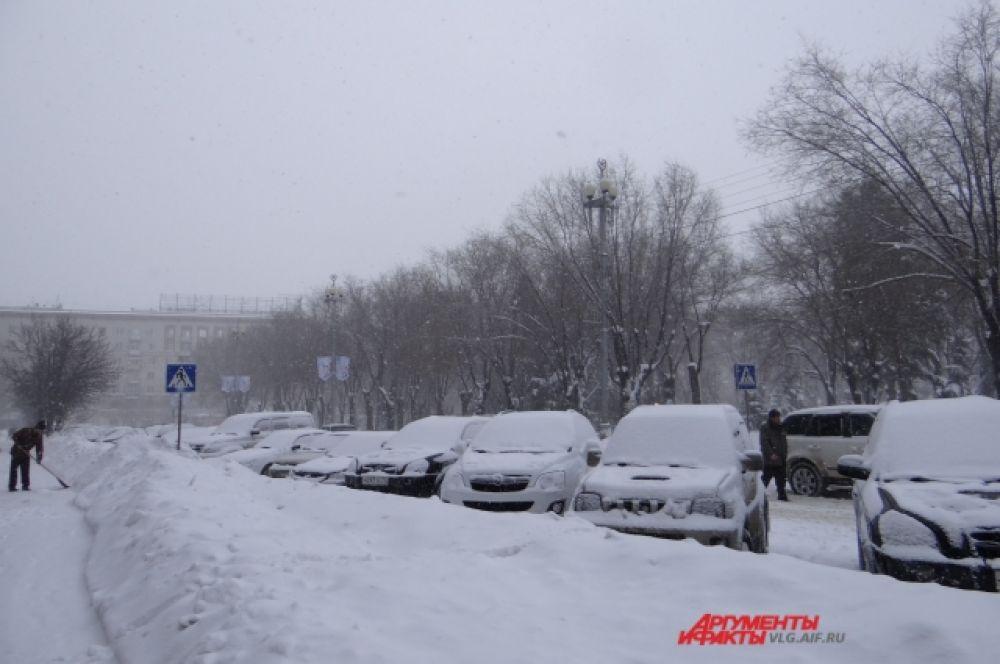 Снег не прислушался к пожеланию главы города Ирины Гусевой, чтоб он падал куда угодно, только не на дороги