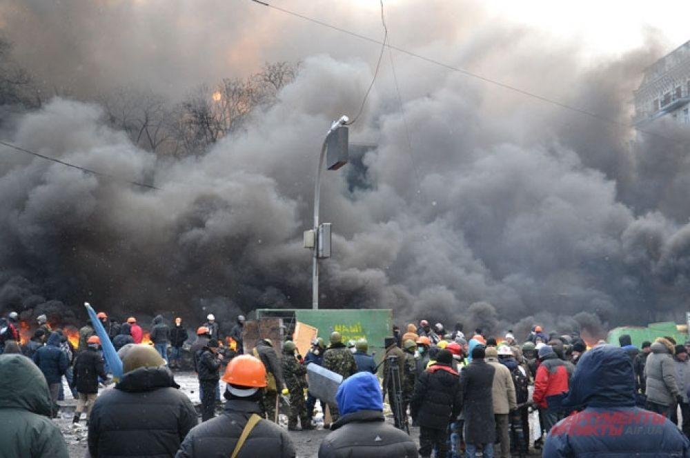 Протест у стадиона Лобановского сопровождается огнем и дымом