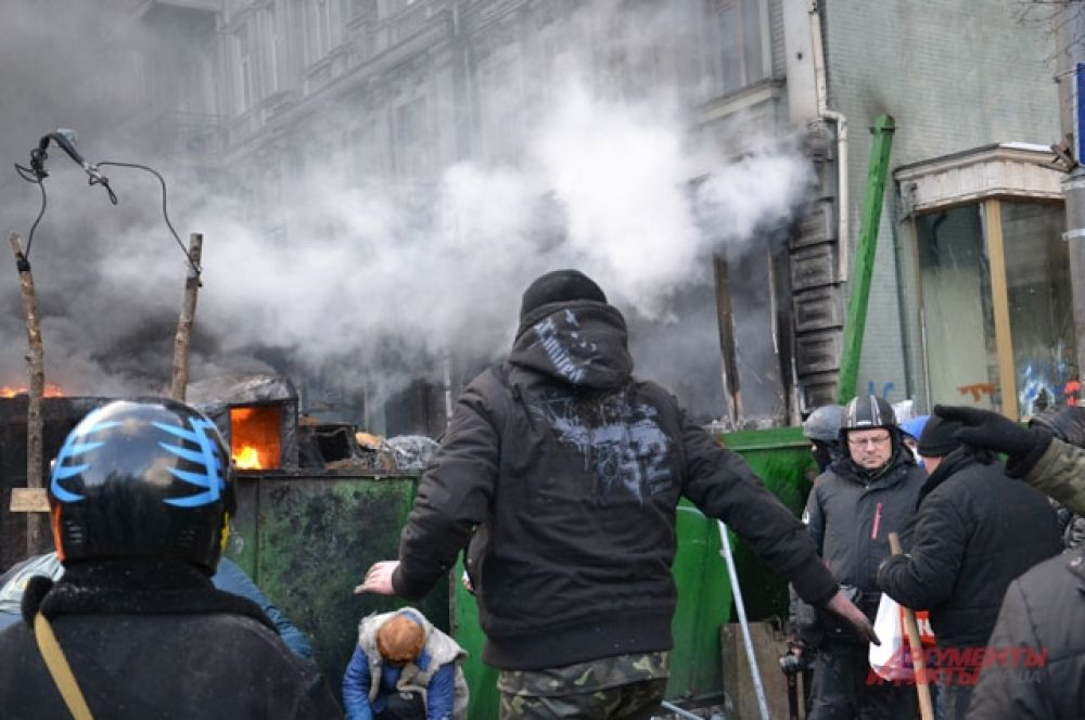 Один из активистов атакует «Беркут» с помощью камней