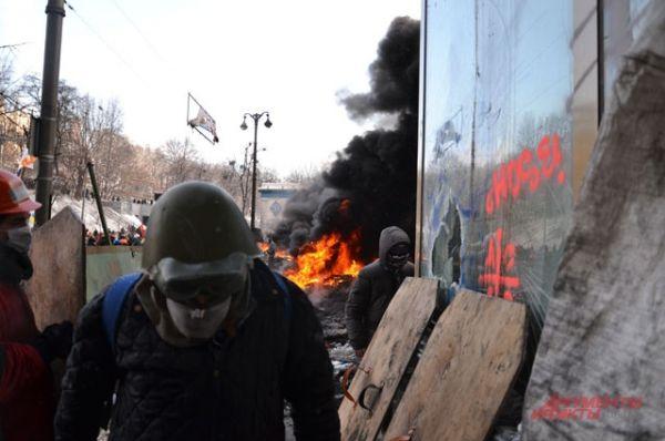 Люди приходят в касках на акцию протеста, несмотря на запрет парламента