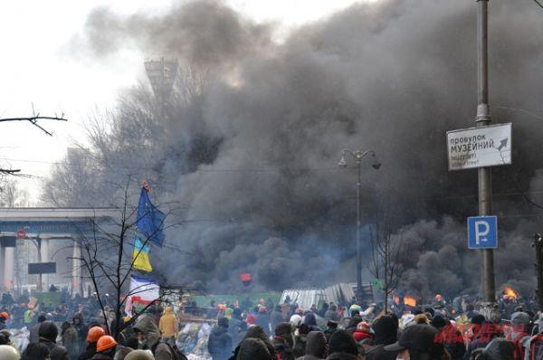 Дымовая завеса отделяет демонстрантов от силовиков