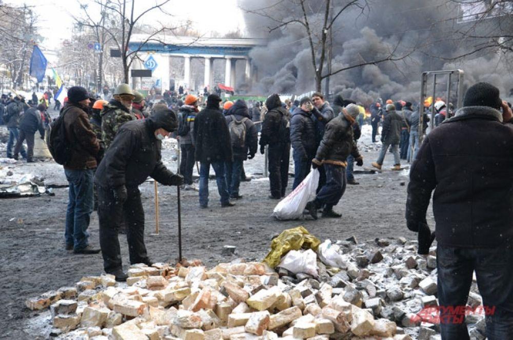 На улице Грушевского разобрали брусчатку и стали использовать как оружие против милиционеров