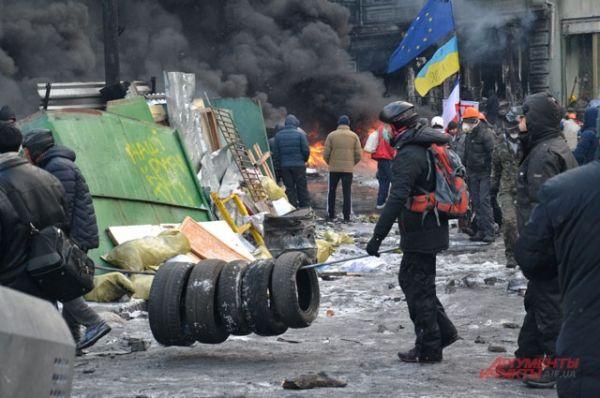 Демонстранты запасаются автомобильными шинами