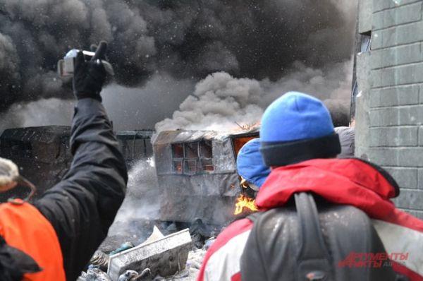 Баррикады из сгоревших милицейских автобусов
