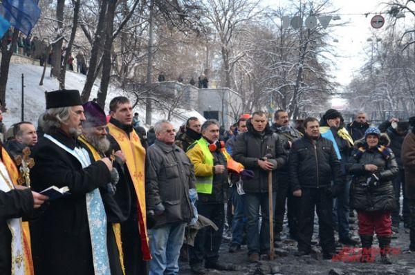 На Грушевского вместе с манифестантами пришли и служители церквей
