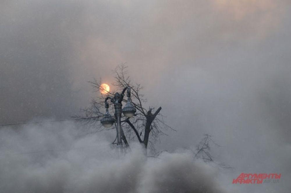 Дым заслонил от демонстрантов даже солнце