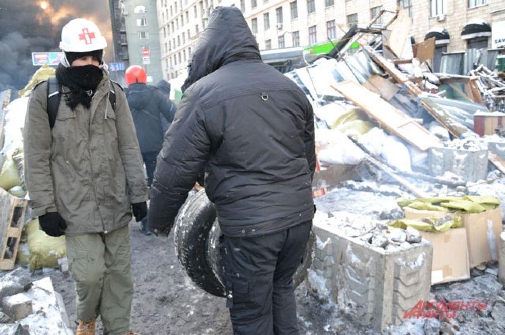 Митингующие возвели новую баррикаду