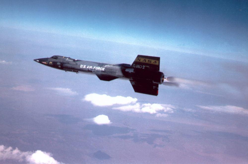 В контексте сверхзвуковых летательных аппаратов нельзя не упомянуть о гиперзвуковых машинах – куда более быстрых аппаратов способных совершать управляемые суборбитальные полёты. Первым ракетопланом в истории считается экспериментальный X-15 – он развивал скорость свыше 6 000 км/ч, летая выше чем в ста километрах от поверхности Земли.
