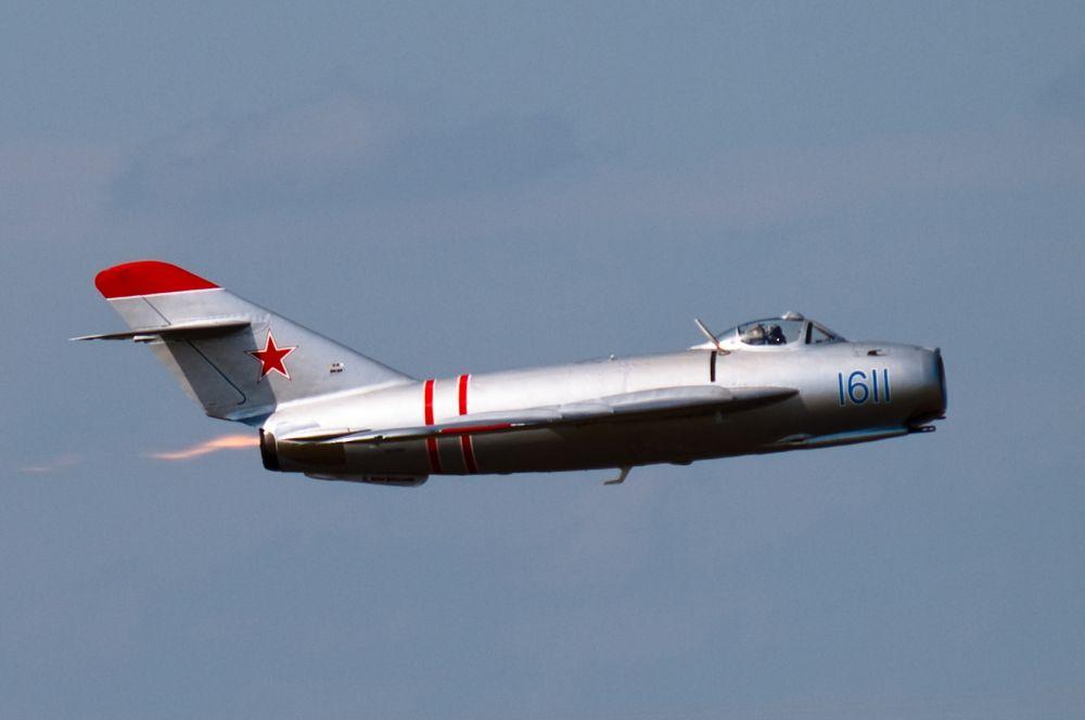 «МиГ-17» формально не был сверхзвуковым самолётом, однако благодаря эффективной аэродинамике был способен достигать скорость звука, став первой серийной машиной, которой это удалось.