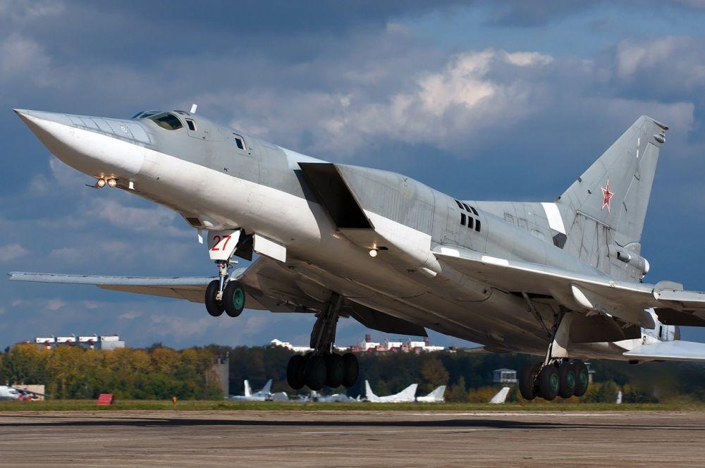 В советском союзе сверхзвуковой бомбардировщик построили лишь к 1958 году, а в эксплуатацию он был введён в 1962-м. Ту-22 предназначался для нанесения бомбовых ударов по стационарным целям и оснащался передовой на тот момент радиолокационной системой. Однако из-за просчётов в аэродинамике на больших скоростях самолёт становился почти неуправляем, впрочем эти недостатки были исправлены к 1969 году в модели Ту-22М.