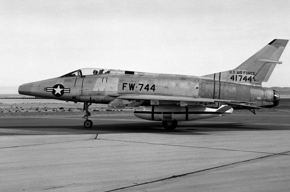 Первым полноценным сверхзвуковым самолётом стал американский истребитель North American F-100 Super Sabre, построенный в 1953 году.