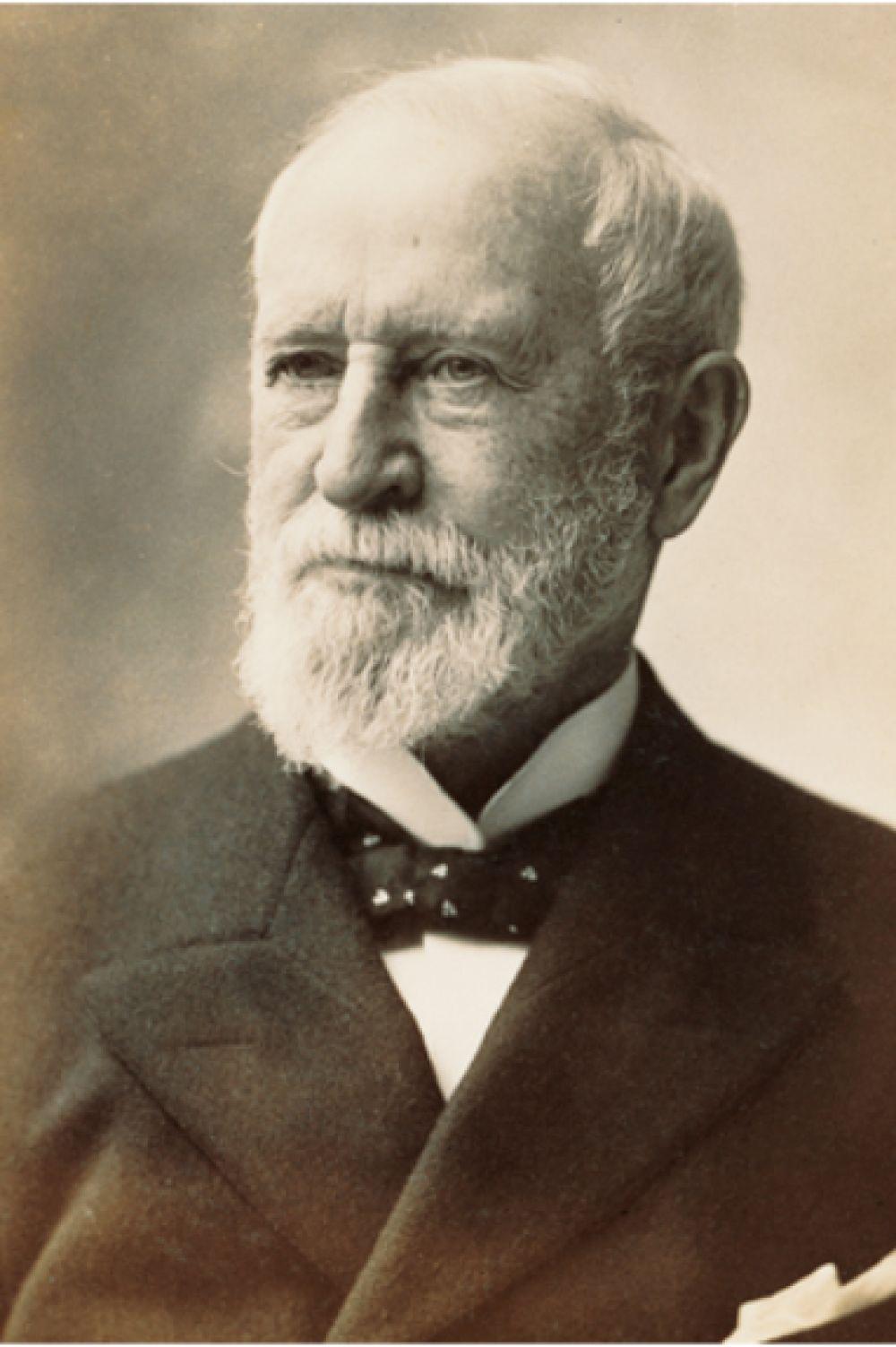 Самым успешным ювелиром XIX века в США был Чарльз Льюис Тиффани. В своё время он не только задавал стандарты в этой области, но также создал первый розничный каталог ювелирных изделий.