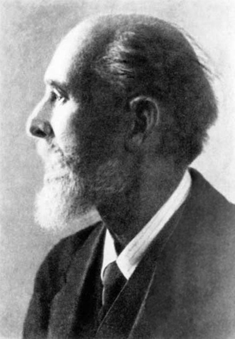 Карл Фаберже – самый известный ювелир в мире, положивший начало целой династии мастеров ювелирного искусства и основатель семейной фирмы. Родился в Санкт-Петербурге, но ювелирному делу учился в Германии.