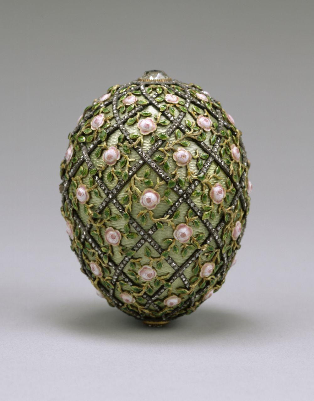 Самыми известными работами ювелира являются яйца Фаберже – в период с 1885 по 1917 годы был создан 71 экземпляр, 52 из которых – специально для императорской семьи. На фото: Яйцо с решёткой и розами, 1907 год