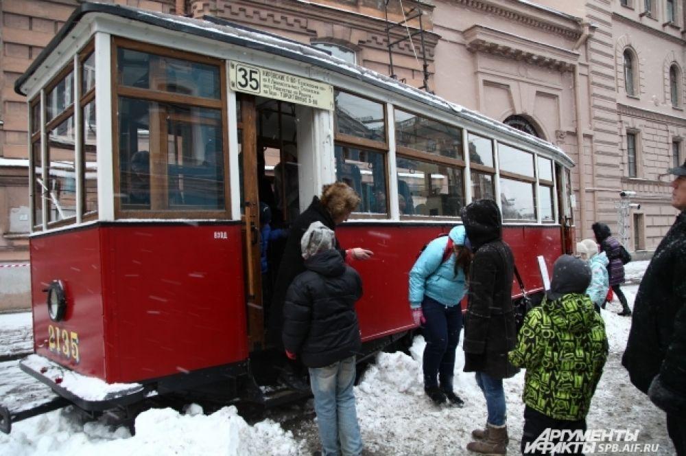 Чтобы посмотреть блокадный трамвай, выстроилась очередь из посетителей