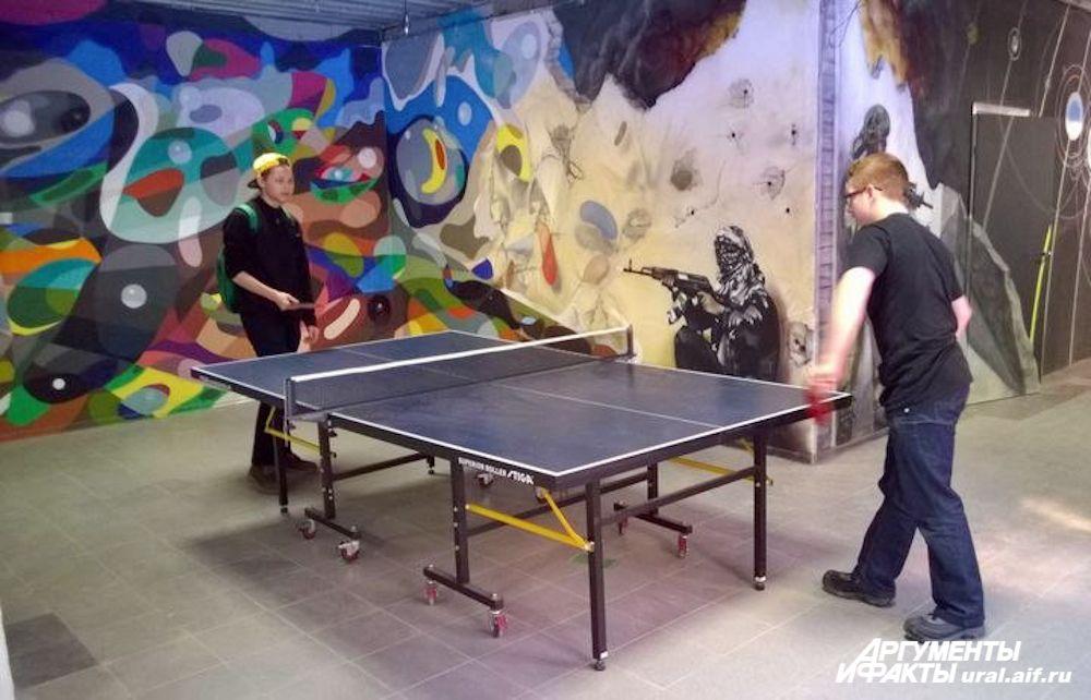 Для любителей совмещать культурный и активный отдых в галерее установлены два теннисных стола