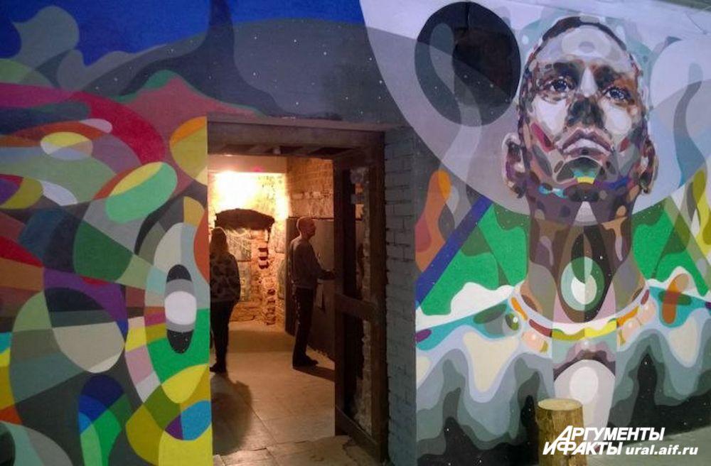 Там, где позволяла ровность стен, уральские стрит-артисты предпочли работать именно на этих поверхностях, а не на холстах